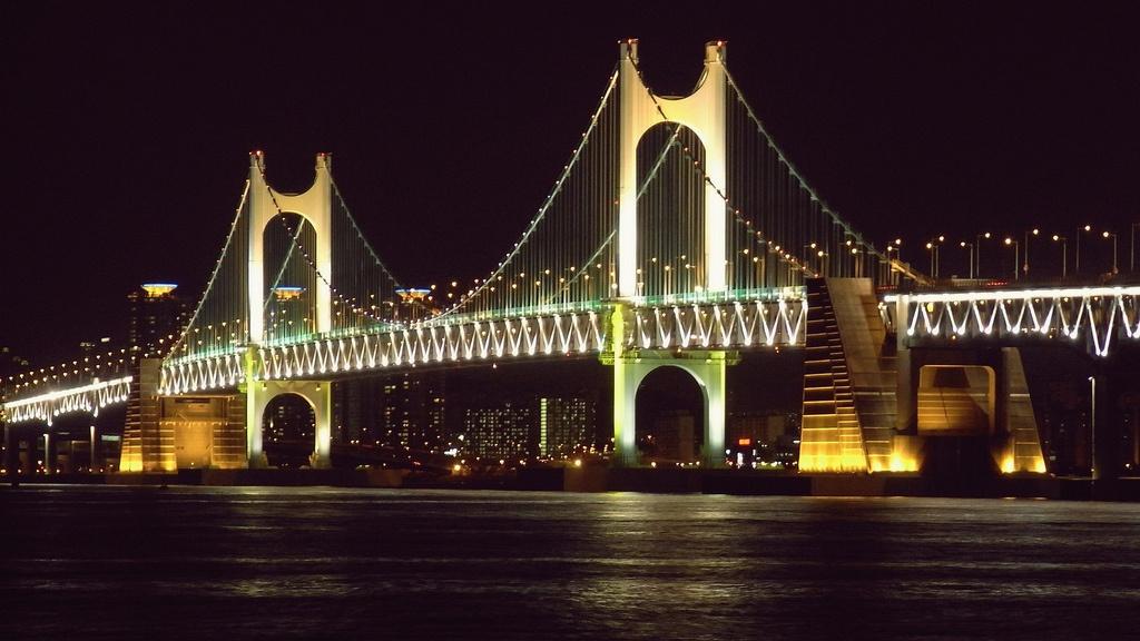 09 廣安里  僅次於海雲台,廣安里也是釜山另一個人氣海水浴場,是許多年輕人夏日必訪的景點。 而廣安大橋的美麗夜景也是眾多遊客慕名來造訪的主要原因之一。連接海雲台與廣安里的廣安大橋,是僅次於仁川大橋,韓國第二長的跨海大橋,夜裡映照在海面上的倒影,真的是不知道殺了多少人的記憶體呀。單身前往的人建議攜帶一副墨鏡!  交通:搭乘地鐵2號線廣安站3號or 5號出口,步行10分鐘左右可到達。