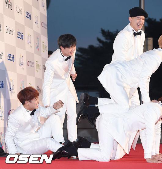 明明穿白色西裝就應該帥氣登場,這些人卻玩得不亦樂乎XD  2016.01.14首爾歌謠大賞
