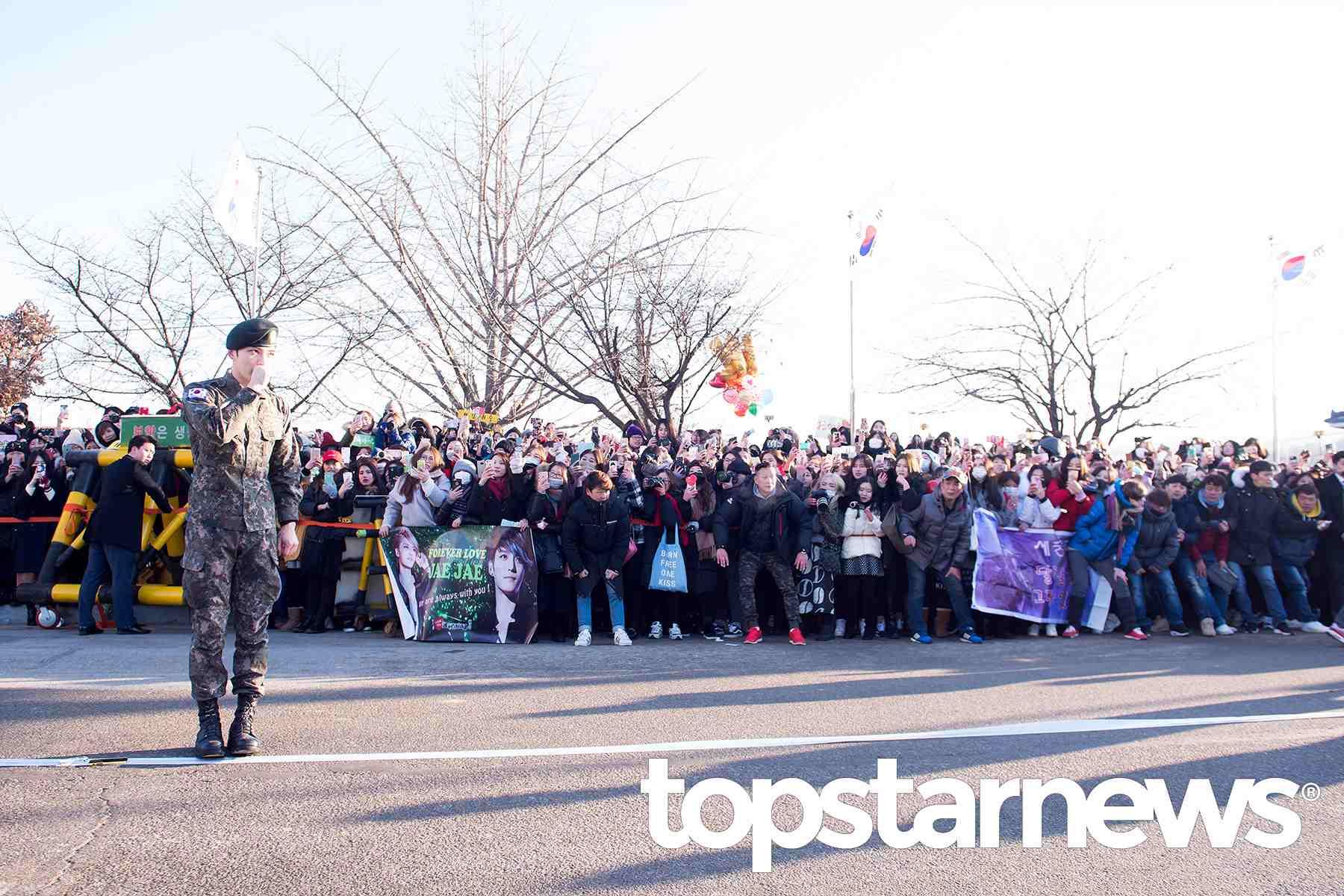 為了迎接退伍的在中,現場約來了500位粉絲,而晟敏步出兵營的時候,也有數十位的粉絲在場迎接,場面十分熱鬧!