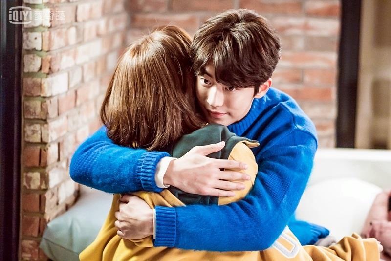 在你難過時會給你一個大大的擁抱,這時候什麼都不必說就只要靜靜抱著你就好了