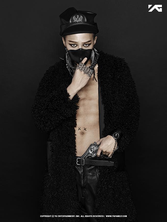 ✽26歲(2013年) 2013年GD發行了個人迷你2輯,其中的經典曲為삐딱하게 (Crooked)니가 뭔데 (Who You?)。更不能不提專輯中收錄的Black,BLACKPINK的成員Jennie Kim