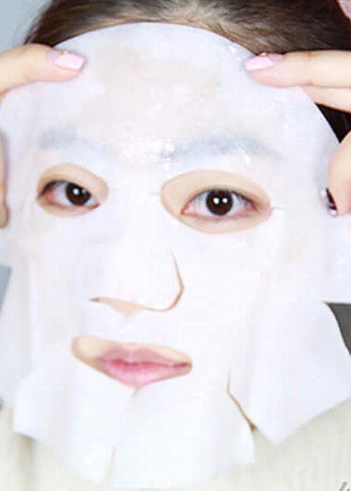 ♪ Step4:鼻樑周圍一定要服貼 鼻樑周圍可能會有很多小細紋,一定要服貼才能讓整張臉都吸收到面膜的精華。如果比較乾,也可以用面膜裡面多餘的精華液加強一下!