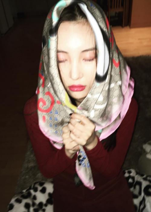 ♪ Step5:蓋上毛巾加溫 韓國的美女都喜歡桑拿、汗蒸...敷面膜時,用毛巾蓋上面膜來個小小的桑拿也是不錯的哦,溫暖的面膜能把毛孔打開,使精華更加容易被吸收~
