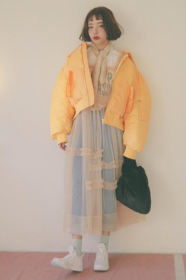 明黃色的短款羽絨服,非常的搶眼.. 利用內搭製造層次,更加顯高!