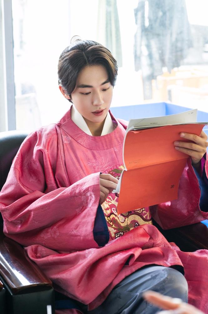 後來接演韓劇< 月之戀人-步步驚心:麗 >,在劇中和少女時代成員徐玄的感情戲,看了真的很揪心ㅜㅜ