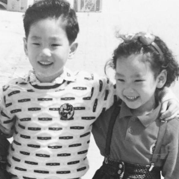 而且如果光看太妍上回慶祝哥哥生日上傳的照片,兩個人笑起來時瞇瞇的眼睛似乎還真的有些相像呢!(難怪帕妮會說哥哥是短頭髮版的太妍XDDD)