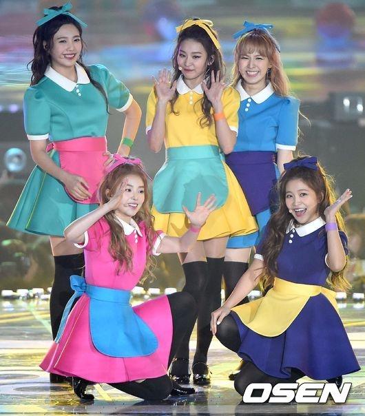 為什麼會說Red Velvet常常有造型難以理解的打歌服呢? 她們的造型在《dumb dumb》時期有時很好看、有時卻令人皺眉 像是這套小魔女Do Re Mi套裝