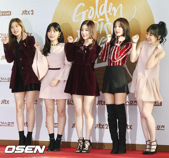 雖然終於Red Velvet的造型在最近粉絲「愛的鞭策」之下,明顯看得出來有進步,終於有擺脫時尚災難的趨勢。但是上週的金唱片,Irene在表演中的連身裙造型,卻久違的讓粉絲再度罵翻