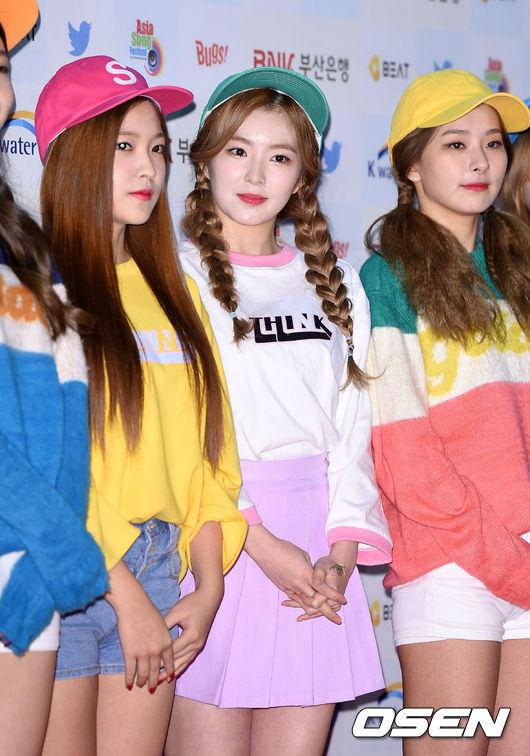 也難怪Red Velvet的粉絲忍不住發火,覺得 Irene 這次的裙子真的是太危險…。雖然是很漂亮,但希望Red Velvet下次的舞台裝可以不要再讓Irene這麼擔心了啊!