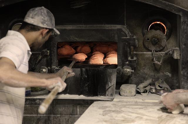 一方面在罐頭內鋪上可吸收水氣的特殊用紙  另一方面再用烤箱烤過,同時在罐頭和麵包上殺菌