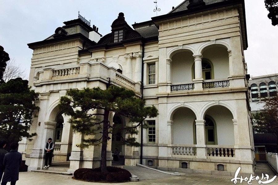 ♯ 鬼怪老宅 這個地方是鬼怪的老宅——雲峴宮洋館,基本上每集都會有鏡頭,是一棟漂亮的白色房子,曾經是《德惠翁主》中李鍝王子的府邸。