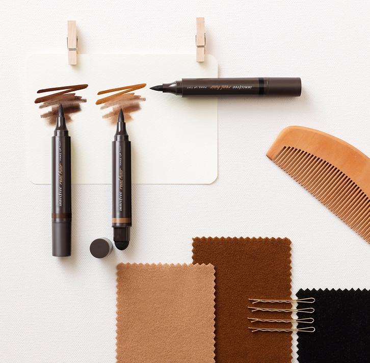 另外一款則是髮線氣墊麥克筆,筆頭非常細,可以輕鬆填補髮線的空洞,再用粉撲輕輕暈染開來就好。