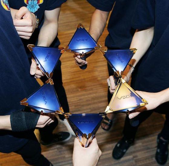 而在2/18號就要在香港舉行演唱會的VIXX,在推出被喻為「最美手燈」的VIXX星光棒後,更是讓網友大呼「就算不是粉絲也想敗一支回家」