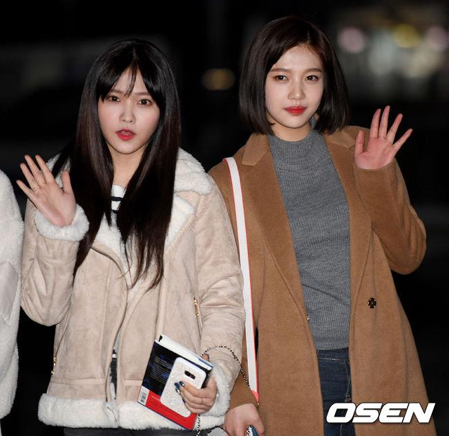 不過也有粉絲說,Joy是因為太過操勞的行程才會這樣,最近Joy不只在進行回歸的行程,也同時在進行戲劇的拍攝。粉絲們也知道韓國戲劇拍攝的方式,簡直是沒日沒夜地拍攝啊~ Joy目前正與演員李玹雨拍攝tvN的新月火劇《她愛上了我的謊》。