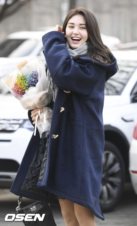 前陣子才從國中畢業的Somi平常在舞台上霸氣十足的模樣,參加畢業典禮時立刻秒變回國中生啊~~~就連小編看到她青春的笑容心情也就好了起來!