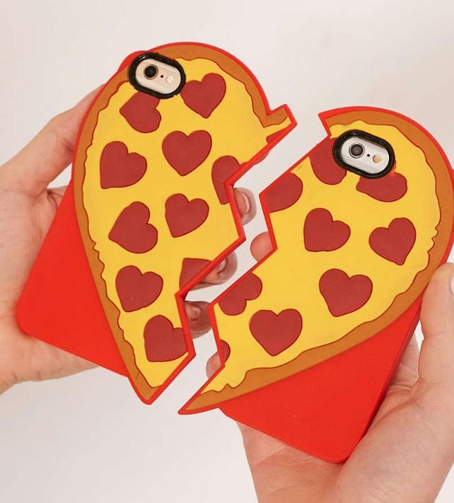 手機殼 手機殼絕對是不會出錯的禮物選擇,現在有很多品牌都有推出情侶們專用的手機殼,像這種拚一半樣子真的超有創意呀!
