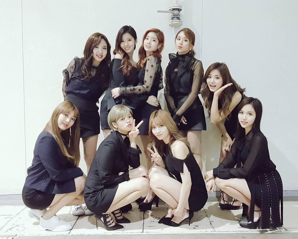 雖然TWICE不是JYP第一個有外籍偶像的團體,不過一團裡就有4個外國籍成員,佔了成員中近一半的比例,一開始讓不少人覺得會不利她們在韓國發展。但隨著TWICE人氣爆衝,不少網友也開始改變想法,特別是在聽完她們每次3國語言齊發的得獎感言之後,也不得不認同以TWICE的人氣,似乎很有攻佔韓國以外市場的潛力