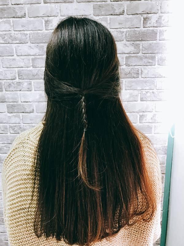 稍微把頭髮拉出來一些就好啦!不過歐膩覺得J小編抓的頭髮有點少,辮子如果稍微大一點可能會更好看~也建議長髮的女生可以用電棒燙捲後再綁,風格會更不一樣喔!