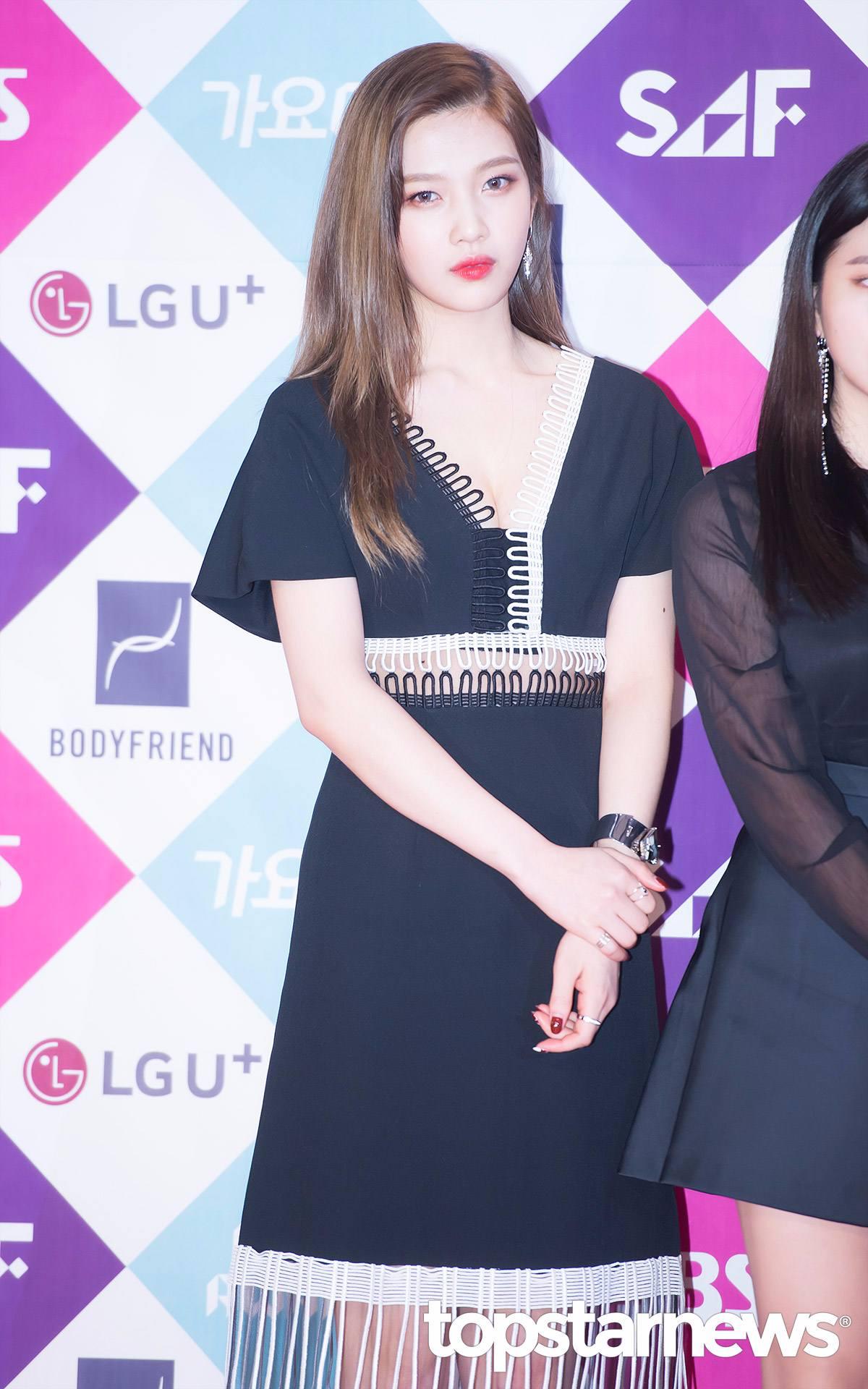 像這一件超低胸的洋裝根本超犯規...不過好險,前陣子公司宣布Joy將拍攝tvN新戲《她愛上了我的謊》擔任女主角剛好是學生的角色!
