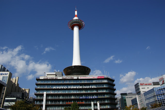 Day1:桃園/京都→京都塔用餐→京都車站 第一站:京都塔 京都塔高131公尺,完工在1964年。頂樓有展望台,可以360度眺望整個京都的風景。另外,塔內也有自助餐廳,遊客可以在享受高處美景的同時,享用美食,對於一下飛機就想放鬆、像用美食的旅者,十分適合!  ▶︎地址:京都市下京區烏丸通七条 ▶︎交通:「京都車站」烏丸口出來徒步1分鐘 ▶︎建議停留時間:2.5小時