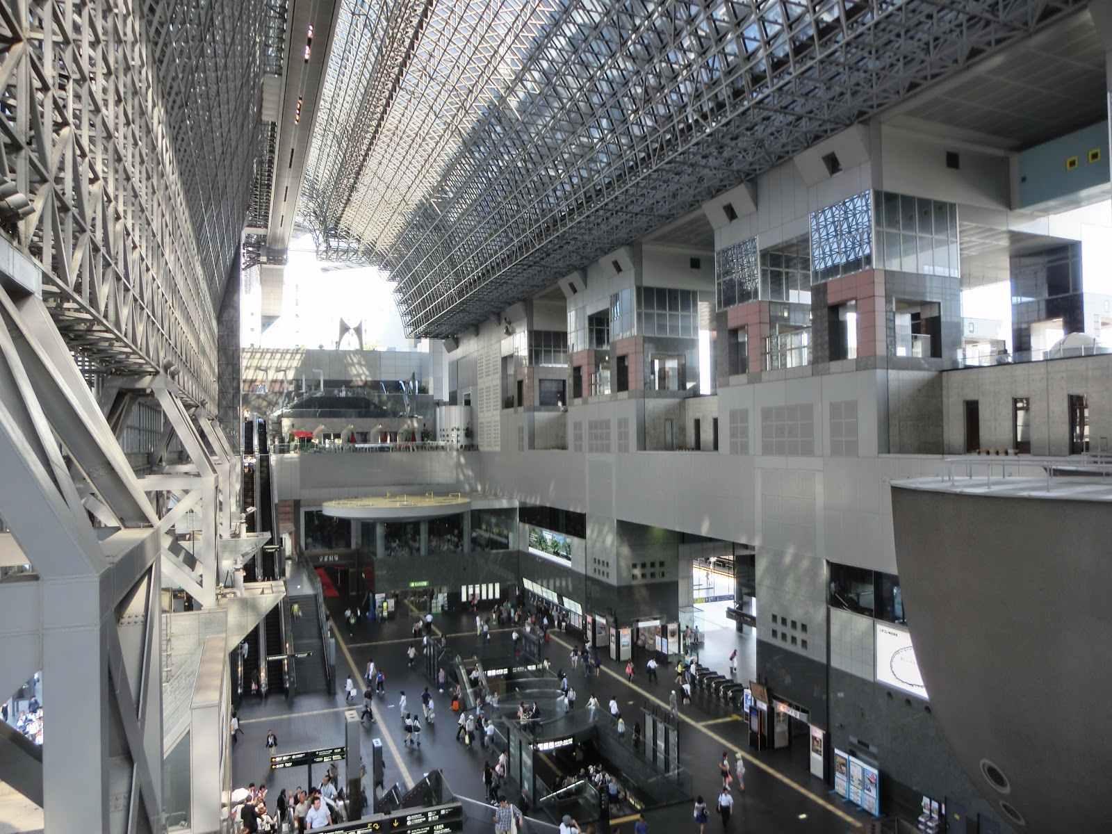 第二站:京都車站 目前的京都車站是第四代,在1997年落成,因為造型前衛在過去引起不小的討論,也替千年古都--京都,帶來一番新氣息。京都車站是大型的複合式車站,其中不僅有餐廳、百貨,還有星級飯店,小編的建議停留時間之所以放這麼久,就是因為這裡是個十分適合購物的地方,而且京都車站一點也不小,光是逛這些琳琅滿目的商品就夠花時間了!  ▶︎地址:京都市下京區冬塩小路町 901 ▶︎建議停留時間:3小時