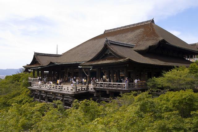 第二站:清水寺、地主神社 清水寺可以說是京都人氣最高的寺院,除了知名的清水舞台,舞台下方的音羽瀑布也是遊客必訪的景點,據說喝下其中一道山泉水,就可以實現長壽、學業、姻緣其中一項願望喔! 大受女生好評的,就非地主神社莫屬啦!地主神社可是出了名的求姻緣聖地,據說閉著眼睛從神社內兩顆戀愛石的其中之一摸到另一顆,你的戀愛運就會順順利利喔! ▶︎地址:京都市東山區清水1-294 ▶︎建議停留時間:2.5小時