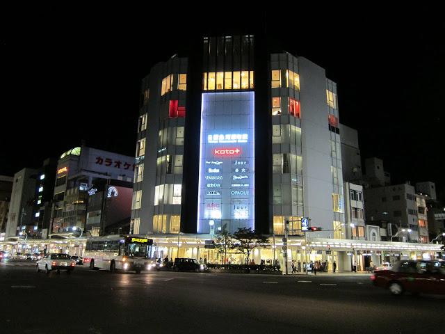 第四站:河原町購物 四條河原町這一代可以說是古色古香的京都中最現代的地方,各大知名百貨公司都可以在這裡找到他們的身影,想要再跑了一天的行程後開始血拼的你千萬別錯過超好逛的河原町了!  ▶︎ 可逛的地區:高島屋、O1O1、河原町OPA、大丸、藤井大丸、Loft、新京極,小編建議大家可先鎖定好自己想買的東西、品牌,不然這麼多百貨,要走完真的是需要很好的體力啊!  ▶︎交通:搭乘地鐵至『河原町』