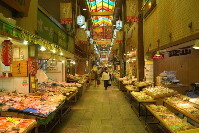 第三站:錦市場 內行人都知道,要深入暸解一個地方就要造訪它的市場!來到京都想要深入當地人的日常生活就一定要來到錦市場,從日本醬菜到傳統的日式和菓子,應有盡有,來到錦市場絕對可以品嚐到最道地的小吃!有些店家也會提供試吃、試喝,建議帶著空腹來這裡尋找食物!  ▶︎地址:京都市京中區錦小路通 ▶︎交通:地下鐵烏丸線『四条』站、阪急電車『四条』或『河原町』徒步5min ▶︎建議停留時間:2小時