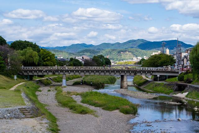 第四站:鴨川 鴨川以河水水質乾淨、清澈而聞名,貫穿了京都市中心,沿著河道可以看見不少的橋樑,而河床上最著名的兩大景點為烏龜跳石和鴨川納涼床,鴨川在四季皆會呈顯不同的景色。  春天時會有櫻花綻放在河道的兩旁,夏季(5-9月)則會在鴨川納涼床設置木材組裝高床,可以坐在上方用餐並且欣賞鴨川的綠意盎然,讓人心曠神怡。 ▶︎交通:地下鐵東西線『京都市役所前』站,往御池大橋徒步5分 ▶︎建議停留時間:1小時