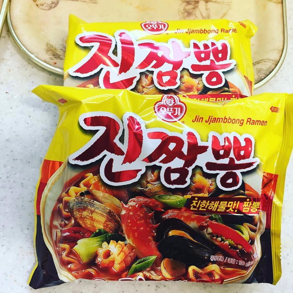 #不倒翁 螃蟹海鮮炒碼麵 小編們一致大推薦,這款海鮮炒碼麵味道真的很棒啊~甚至還曾在Running Man中亮相呢!微辣的感覺讓你吃得會很過癮,就算不吃辣也能負荷啦!