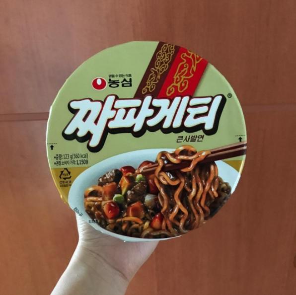 #農心 짜파게티炸醬麵 韓國實在出很多炸醬的泡麵,但是唯獨這款無法取代他們心中的地位啊~據說吃起來跟真實的炸醬麵差不多!但是小編們吃起來覺得有股燒焦味,並不是那麼完美啊~