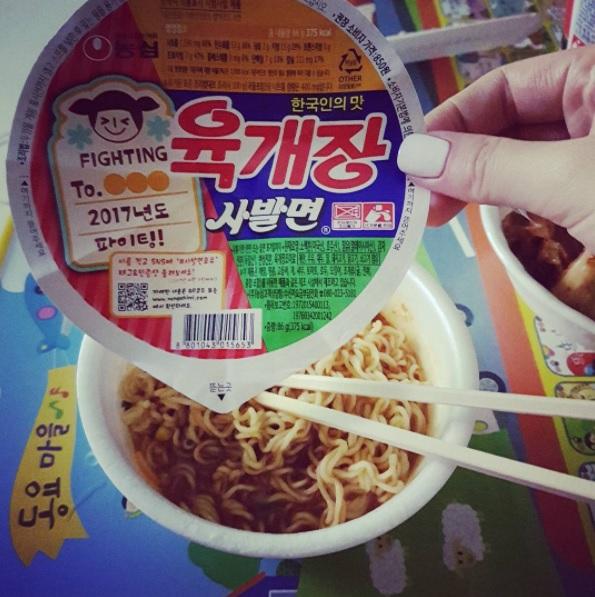 #農心 辣牛肉湯麵 這款就是金宇彬在《繼承者》裡面吃過的泡麵喔!大口大口吃的樣子也不難想像這款泡麵的美味啦!