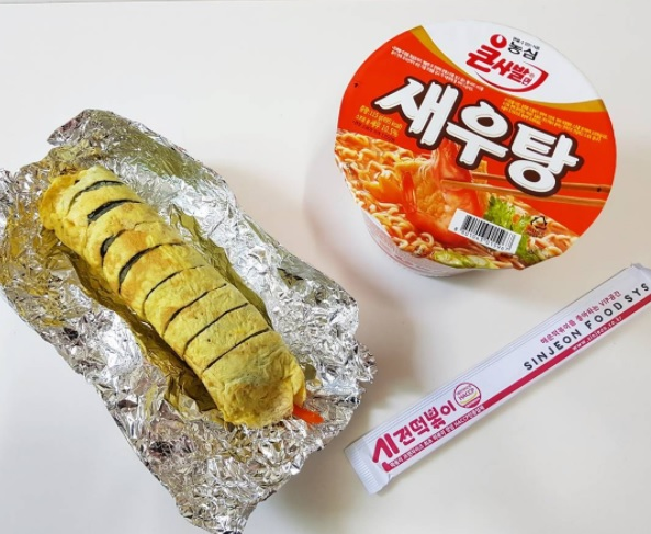 #農心 蝦湯麵 喜歡海鮮的你可千萬別錯過啊!這款蝦湯麵雖然小小一包,但是裡面還是有蝦子啦(小小的XD) 吃起來不會過辣而讓你無法下嚥,飽兒覺得這款也是偏向中規中矩的泡麵,不會有雷感啦!
