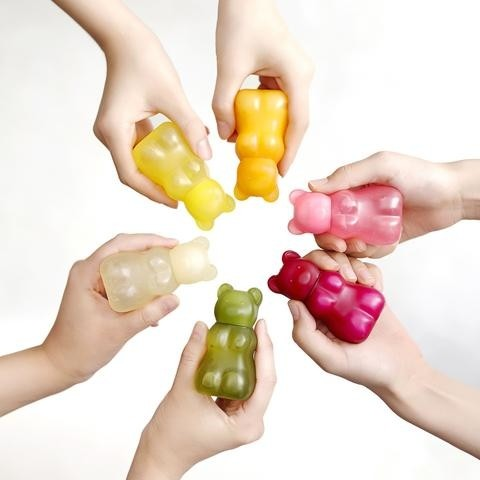 像這一款「小熊軟糖護手霜」剛上市的時候,韓國女學生幾乎人人抽屜都放一個,上課無聊就擦、下課無聊就拍拍照XDD