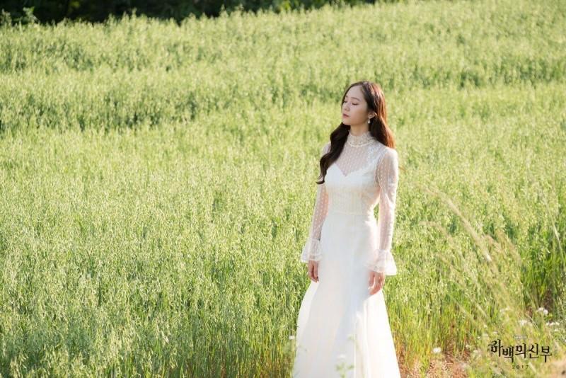 Krystal在《河伯的新娘2017》中飾演令人不敢輕易接近的武羅,她是被派遣至人間的水國管理神,數百年前生活於人間,以擁有驚人美貌的女演員身份生活。她表面看上去對任何事都漠不關心,但處事賢明,並且愛慕著河伯,因此對河伯的素兒極為嫉妒。 