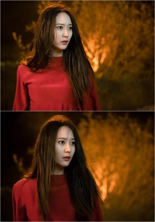上一波劇照中Krystal臉上驚訝又憤怒的表情,再配上紅色的服飾及背景都無法讓人感覺到她是水神的感覺,反而更有火神的感覺~也讓粉絲更加期待她和河伯(南柱赫飾),以及這一世出現在河伯身邊的素兒(申世景飾),三人的感情糾葛啊!