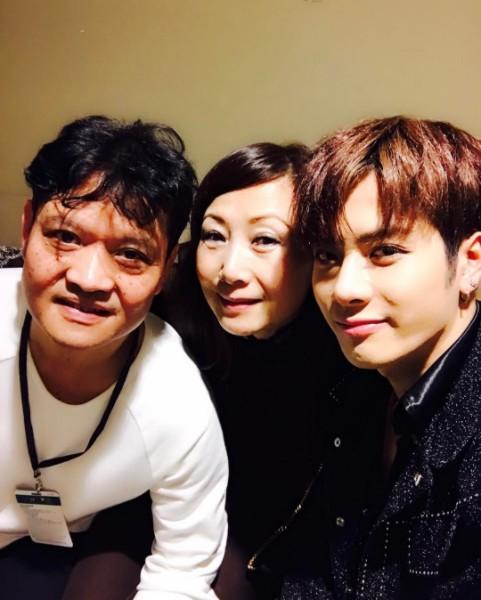像是GOT7的王嘉爾就常常在自己的IG上曬爸媽合照,是不是長得很像呢!!而且Jackson開口閉口都是家人的好,也讓粉絲感受到他對爸媽的孝順程度。