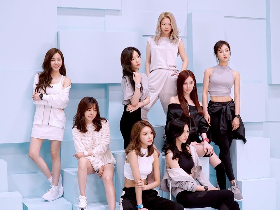 少女時代在今年8月即將正式邁入十週年,即使連男團要一起走向10週年都已經相當不容易,在韓國樂壇裡身為女團依舊人氣屹立不搖,也讓人看出來身為韓國女子天團少女時代的魅力。而且不僅秀英在年初就宣告,今年少時的目標是拿下「年末大賞」 ,成員們也都各自用不同的方式為即將到來的10週年而努力
