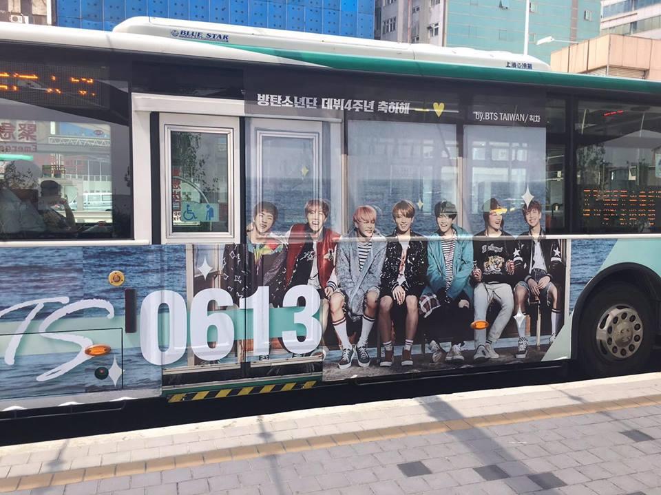 登愣~~實體是不是超級漂亮的啊,雖然不像韓國巴士一樣可以整台包膜,但台灣粉絲的心意也像公車一樣承載著滿滿的愛意每天送乘客上下車呢