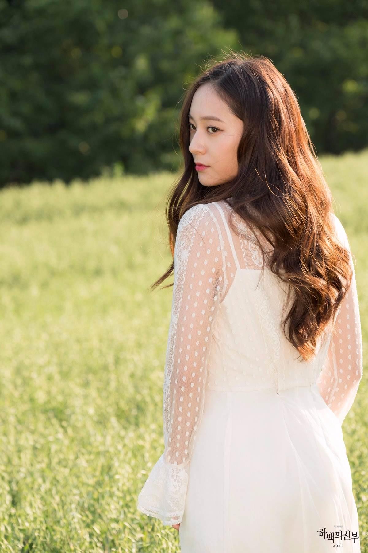 尤其是Krystal穿著白色的洋裝搭配長捲髮,也被網友大讚:「也太美了吧@@」,「媽!我看到天使了!!!」,小編也很期待Krystal在劇中的表現,小聲說小編其實也是Krystal的粉絲是為了她才決定要追這部戲的XDDD(有粉絲也是嗎...?)