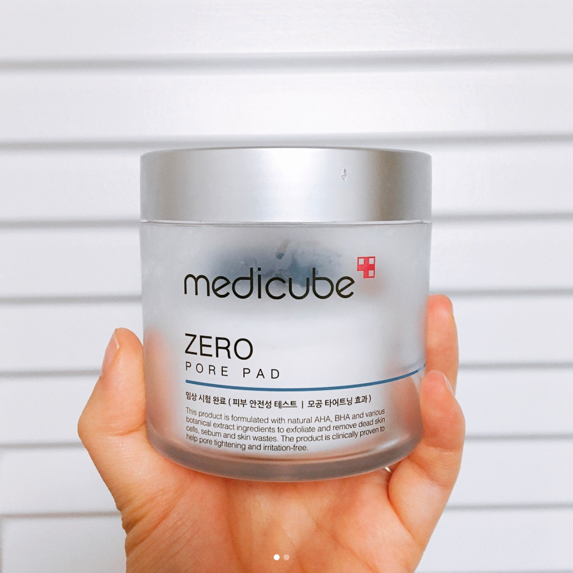 這罐Medicube Zero 毛孔角質爽膚棉其實裡面有很多片潔膚棉片,使用起來也非常簡單,只需要把棉片拿起來清潔肌膚就好啦!