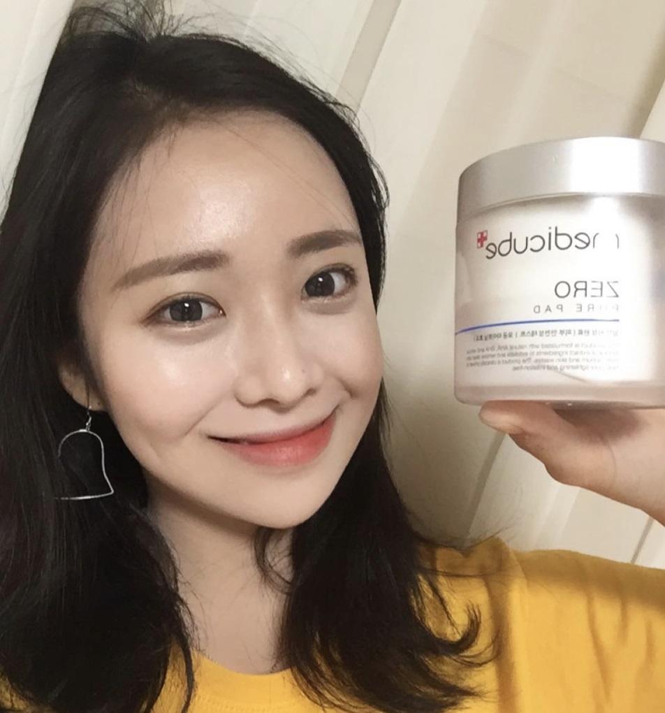 當然韓國女孩也會有類似的問題啊!但最近在SNS上韓妞討論度超高的,就是這罐Medicube Zero 毛孔角質爽膚棉啦!