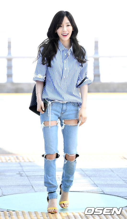 還有就是今年比較流行像太妍這種很誇張的刷破褲, 而且大家注意到了沒?太妍有把高跟鞋的鞋帶綁到褲腳上。