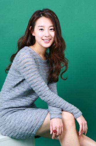 再加上當時的拍照風格,連韓國網友都忍不住說「太成熟」,也難怪因為《三流之路》入坑,而去找金智媛舊照的粉絲會忍不住說「金智媛越長越年輕啊~~~」