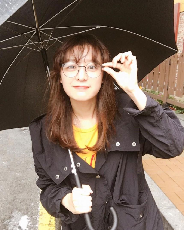近日金智媛更頻繁更新IG與粉絲互動,其中的這張「偽素顏」直接被讚爆~~~~愛羅式招牌空氣劉海,再配上圓框眼鏡是不是超級可愛呢?!