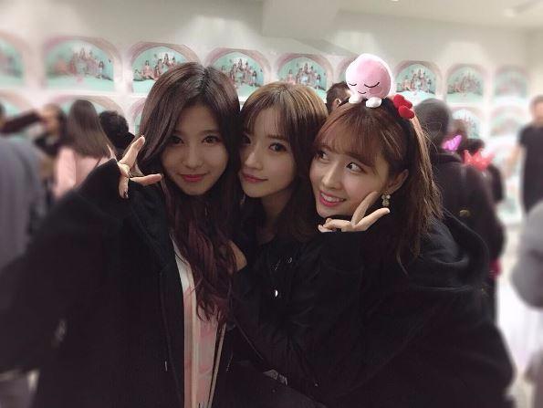 不過其實雖然TWICE是JYP旗下第一組有日本成員的團體,現在出道的成員卻不是最早進公司的日本籍練習生。最早進入JYP的日籍練習生,是曾在TWICE首場演唱會時現身,和SANA、MOMO一起合照過的Minami Riho