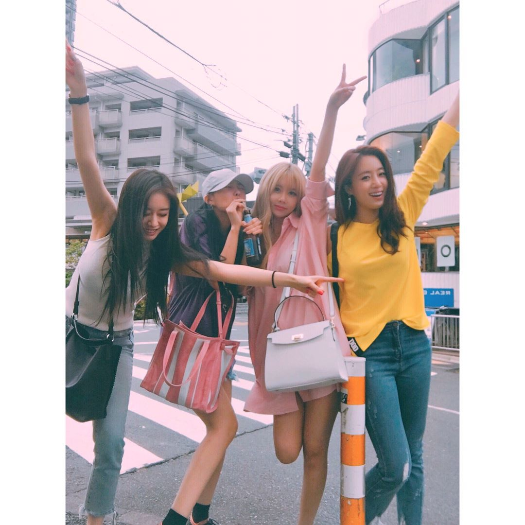 續約的4名成員也在回歸前一同到日本去旅遊,看起來成員們都因為久違的旅行相當開心,也在instagram po出照片和粉絲們分享,也透露了回歸的計畫讓粉絲們都感到很期待@@