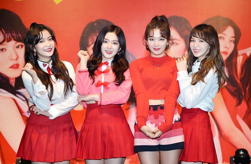 而且不只EXO,就連Red Velvet的成員也被拍到換上了新造型,Joy更是再度染上一頭紅髮,似乎應證了粉絲間傳貝貝們正在拍攝MV 的小道