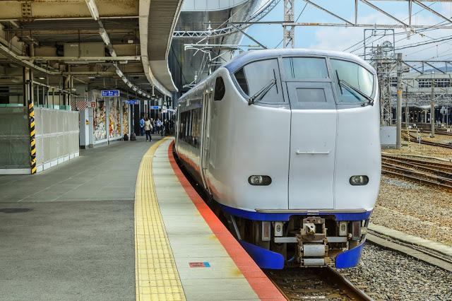 #JR : Haruka  至新大阪約50分鐘,對號列車,可事先上網訂票,有單程、來回兩種選擇,主要停靠站為京都、新大阪、天王寺,可以藉由這三個站點轉乘前往其他區域,像是難波、嵐山、奈良等。  如果單程票選擇為「大阪、京都、神戶、奈良地區→關西機場」,無法在網路購買,僅可在日本境內買;若是 「關西機場→大阪、京都、神戶、奈良地區」的單程票則可以在網路購買。