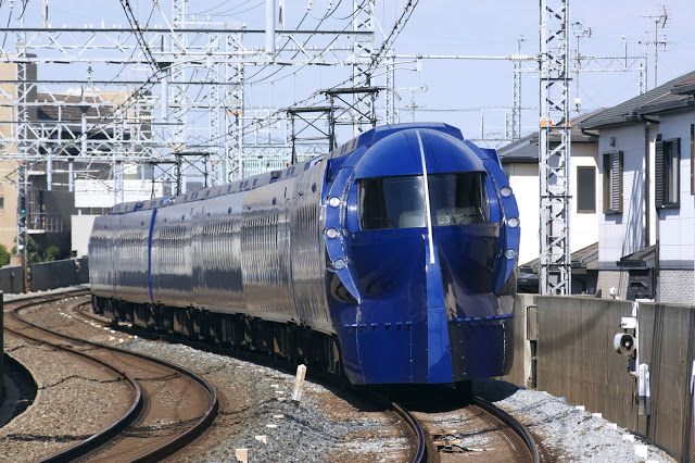 #南海電鐵  與JR相同,南海電鐵也分為兩種列車往返機場和市區:空港急行、Rapi:t 特急,兩者路線相同,僅差在票價與車程時間,停靠站皆有天下茶屋、新今宮、難波。  ▶︎ 空港急行:  從關西機場至市區約43分鐘,單程920日圓(以難波為主),一般通勤列車,沒有行李放置處。  南海電鐵與大阪地鐵合作推出套票,套票內容包含「關西機場 - 難波」+「大阪市內地下鐵一趟」,可以利用此套票轉乘地鐵一次。